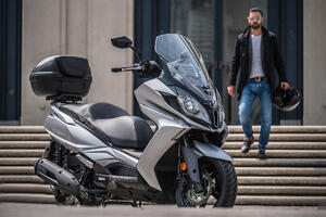 Kymco_scooter_Downtown125